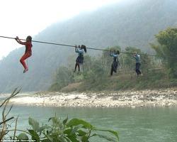 세계에서 가장 위험한 등굣길, 줄을 타고 강을 건너는 네팔 어린이들