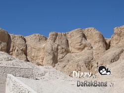 이집트룩소르 멤논의거상과 곡선의 바위산 깊은 계곡속에 왕들의 계곡