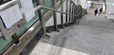 """장애인 목숨 빼앗은 지하철 리프트…""""승강기 설치 의무화돼야"""""""