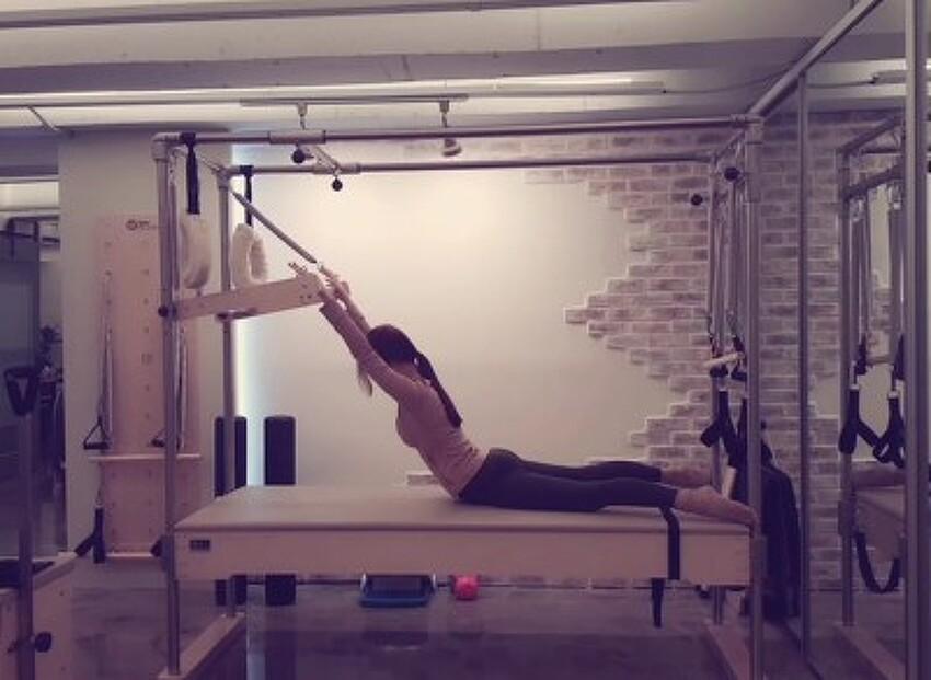 필라테스 캐딜락을 이용한 흉추강화 운동[백 익스텐션(Back Extension)]