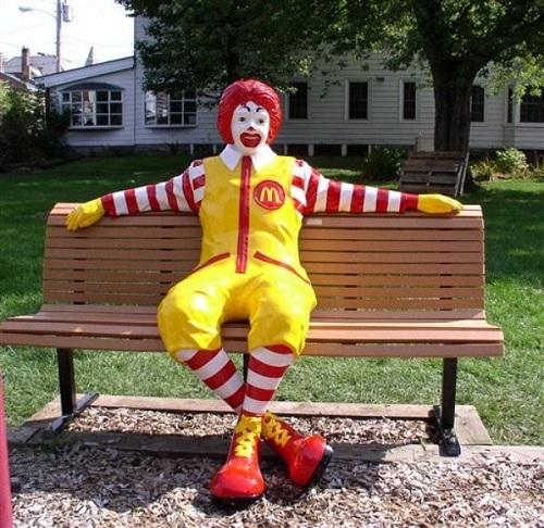 맥도날드 뒤에 숨겨진 이야기: 로널드 맥도날드에 관한 슬픈 진실