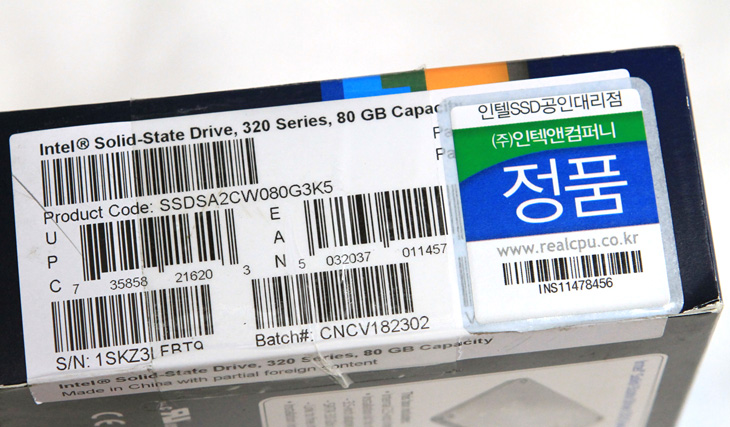 Intel SSD 320 Series PVR 80GB, Intel SSD 320 Series PVR 80GB 부팅속도, 인텔 SSD, 낸드플래시, 플래시, 낸드, nand, 80GB, SSD, 인텔, intel, solid state drive, 인텍앤컴퍼니, 4K, 하드디스크, 노트북, 삼성노트북, X430, i3-380UM, 부팅, 속도, 리뷰, 사용기, review, 사진,Intel SSD 320 Series PVR 80GB를 노트북에 장착해서 써보았습니다. 노트북은 삼성 X430 인데 조용해서 제가 좋아하는 노트북입니다. 그런데 한가지 문제가 있던것이 HDD 를 사용하고 있기에 노트북이지만 자주 들고 다니지를 않았습니다. HDD 는 고속으로 회전하는 플래터 위에 해더가 읽는 형태의 것 입니다. 작동중에 충격을 주게 되면 조금씩 손상을 받다가 데이터가 손실되거나 하드디스크를 쓰지 못하는 경우가 생기기도 하죠. Intel SSD 320 Series PVR 80GB를 X430 노트북에 장착 후에는 작동중에 자주 들고 위치를 옮기거나 조금 험하게 쓰더라도 걱정이 없어졌습니다. 이번시간에는 인텔 SSD 의 부팅속도를 기존의 하드디스크와 비교를 할텐데요. 물론 SSD 가 빠릅니다. 그런데 부팅 속도 뿐만이 아니라 용량의 모든 구간에서 속도가 일정하기 때문에 전체적인 노트북의 성능 체감을 올릴 수 있습니다. 그리고 충격에 대한 안정성이 올라간다는 점에서 노트북 사용자들에게 상당히 어필할 수 있는 부분이 있습니다.  앞으로 Intel SSD 320 Series PVR 80GB를 사용하면서 SSD 를 사용 후 해야할 작업들 (사전작업) 과 사용후 느껴지는 체감과 성능향상에 대해서 이야기해볼까 합니다. 그 첫 이야기로 개봉기 및 기존하드디스크와 인텔 SSD 의 부팅 속도를 체크해보도록 하겠습니다.