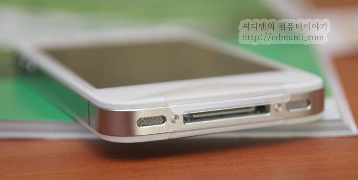 아이폰4 리매뉴팩처, Remanufacture 폰, remanufacture, 이벤트, IT, 제품, 리뷰, 사용기, 후기, 아이폰4, 아이폰4 저렴하게, SKT,아이폰4 리매뉴팩처 Remanufacture 폰을 만져 봤습니다. 이게 뭔가 싶을 텐데요. iPhone 생산공장에서 불량 부품을 정상 부품으로 교체하거나 모든 외관을 다시 재조립한 제품을 말합니다. 리퍼폰과는 좀 다릅니다. 그래서 어떻게 보면 새재품인 아이폰4와 거의 동일한데요. 아무래도 재조립을 하거나 부품을 바꿨기 때문에 아이폰4 리매뉴팩처폰은 새제품에 비해서 시선이 안좋을지도 모르지만, 장점이 몇가지 있습니다. 새제품과 성능은 차이가 없다는점과 무상 보증기간 1년내에는 교환이 가능하고 (SKT AS센터에서 서비스 제품으로 교환) 가격이 좀 더 저렴하다는 점 입니다. 물론 완전 새제품과는 교환은 안되겠죠.  아이폰4 리매뉴팩처폰 박스는 새제품과 차이를 두기 위해서 박스에 그림이 안 입혀져 있습니다. 얼핏 보면 그냥 박스인데요. 차이를 두기 위해서겠죠. 다만 뜯어보니 제품은 그냥 새것과 별반 차이는 없군요. 그러고보니 저도 아이폰4S를 구매하고 한달도 안되었는데 정확히는 6일되었을 때 통화불량이 걸려서 제품만 교환을 받았었습니다. 어찌보면 사자마다 이렇게 불량이 나서 바꿀 수도 있고 쓰다가 다른 문제로도 교환되기도 하는데요. 제동생보면 아이폰4가 1년 넘어서 정말 막쓰기도 하는데 (좀 던지기도 하는) 시간 지나면 좀 생각이 무뎌지는 것이니 꼭 새제품만 생각할 필요는 없어보이기도 하네요. 좀 저렴하게 구매하실 분은 아이폰4 리매뉴 팩처도 생각해보기 바랍니다.