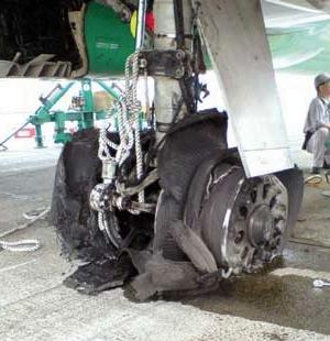 터진 항공기 타이어
