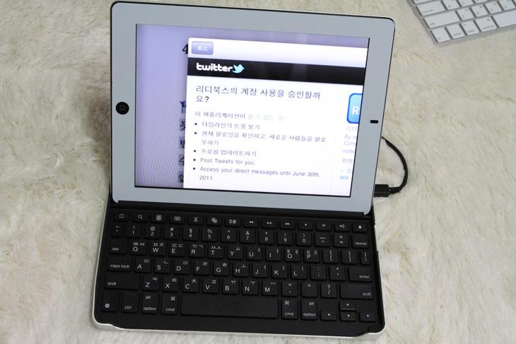 """로지텍 키보드 케이스, 로지텍, Logitech, 키보드 케이스, 블루투스 키보드, 아이패드 블루투스 키보드, 맥북에어, Mac air, Macbook air, ipad2, 전용, 키보드, 키캡, 사용기, 리뷰, IT, 제품, review,로지텍 키보드 케이스를 이용하면 아이패드2를 노트북처럼 쓸 수 있습니다. 맥북에어 만큼은 아니겠지만 노트북같이 쓸 수 있는것이죠. 저도 아이패드2를 쓰고 있지만 오프라인 모임등에 나가보면 여유롭게 앉아서 키보드에 걸쳐서 아이패드2에 타이핑을 하고 있는 모습을 보면 """"오 저거 편하겠다"""" 라고 생각을 했었는데, 로지텍 키보드 케이스가 있으면 그런게 가능 합니다. 단순히 키보드 역할만 하는것이 아니라 거치대 역할도 하면서 덮어서 끼우면 케이스 역할도 합니다. 물론 사용에 불편하면 쓰지를 못하겠죠. 합체 시켜서 쉽게 들고 다닐 수 있고 블루투스 연결을 통해서 쉽게 연결이 되며, 후면은 알루미늄 재질로 되어있어 미관이 좋으며 가볍습니다."""
