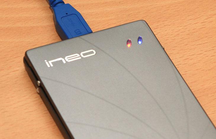 USB 3.0 외장하드 케이스 추천, 외장하드 케이스 추천, 외장하드 케이스, 외장하드, IT, 제품, 리뷰, 사용기, ineo, I-NA201U Plus, review, USB 3.0, USB 2.0, 대여폭, 벤치, 벤치마크, 아이네오,USB 3.0 외장하드 케이스 추천 제품으로 강원전자 I-NA201U Plus 를 소개 해 드립니다. 저도 데이터를 많이 보관하다보니 보관할 장소가 많이 필요해졌는데요. 용량을 계속 늘릴 수 는 없어서 하드디스크를 여러개 쓰고 있는데 가끔 필요한 데이터를 불러오기에는 외장하드만큼 좋은게 없지요. 필요할때만 꽂았다가 필요하지 않을때는 빼두면 되니까요. 지금은 USB 3.0 포트가 많이 보급이 되었습니다. 메인보드에도 적어도 2개는 지원을 하고 별도로 컨트롤러를 설치해서 사용도 가능하니까요. I-NA201U Plus 를 이번에 소개하는 이유도 기존의 USB 2.0 외장하드 케이스에 끼워서 쓰던분들도 케이스만 구매해서 USB 3.0 외장하드로 간단히 업그레이드 가능 합니다. 물론 하드디스크가 미리 들어있는 타입을 구매해도 좋겠죠.  USB 2.0 에 비해서 USB 3.0 은 데이터전송 대여폭이 5Gbps 에 이릅니다. 실제 전송속도는 분명 좀 차이가 나는데요. 하드디스크를 1개를 넣어서 쓰는게 보통이기에 USB 2.0 경우에는 대부분 30MB/sec 정도의 데이터 복사 속도를 보입니다. USB 3.0 은 이보다 빠른 78-85 MB/sec 정도의 속도를 보입니다. 대략 2배가 조금 넘는정도이죠. 물론 작은 파일을 복사시에는 큰 차이는 없습니다. 다만 대용량의 많은 파일을 복사하고 옮겨야할 때는 시간이 상당히 차이가 납니다. 지금 쓰고 있는 외장하드의 속도가 느려서 불만인 분이 있다면 USB 3.0 외장하드 케이스 I-NA201U Plus 를 유심히 봐주세요.