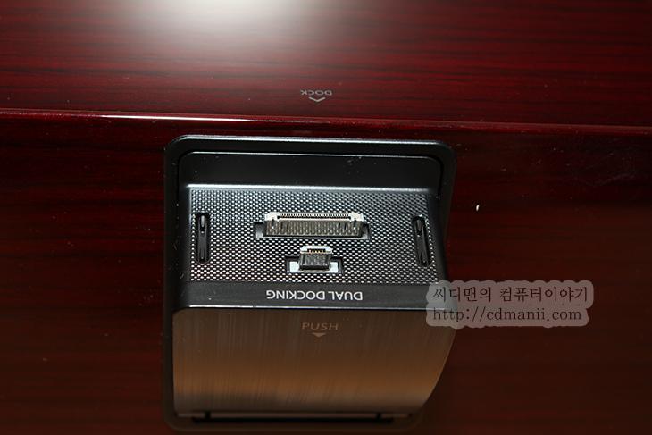 삼성 오디오독, 삼성, 오디오독, 오디오, Audio, DA-E750, 사용기, 후기, 악세서리, 갤럭시S3, 아이폰4S, 아이폰, 아이팟터치, 아이패드, 제품, 리뷰, Review, 독, Dock, 스마트폰, IT, 사진, 음악, 올쉐어 플레이, 올쉐어, 에어플레이, Air Play, 설정, WPS, 버튼, USB, 외장하드, 삼성 오디오독 DA-E750 사용기  갤럭시 시리즈 스마트폰과 아이폰 아이팟을 연결하여 사용할 수 있는 삼성 오디오독 DA-E750을 사용해보도록 하겠습니다. 이미 한번 보셨을지도 모르겠는데요. 스마트폰의 사용량이 많아지면서 악세서리들도 고급형이 많이 나오고 있습니다. 스마트폰 오디오 중에서 상당히 고급 축에 속하는 무선 오디오 독 입니다. 삼성 오디오독 DA-E750은 여러가지 연결 인터페이스를 지원 합니다. 갤럭시S3를 제가 쓰고 있는데 갤럭시 시리즈는 블루투스 방식으로 연결이 됩니다. 아이폰이나 아이팟터치 경우에는 단자 연결로 연결이 가능하고 air play를 통해서 무선으로도 연결이 가능 합니다. 물론 스마트폰을 꽂아놓으면 충전도 됩니다. 그럼 DA-E750의 외형 및 실제 사용해보면서 느낀점을 적어도보록 하겠습니다.