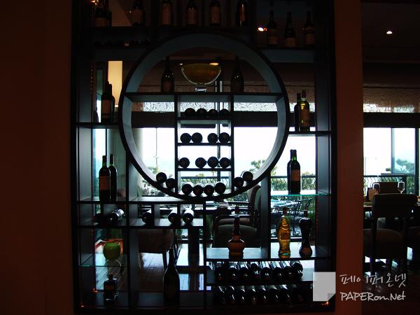레스토랑 Collavini의 다양한 와인들