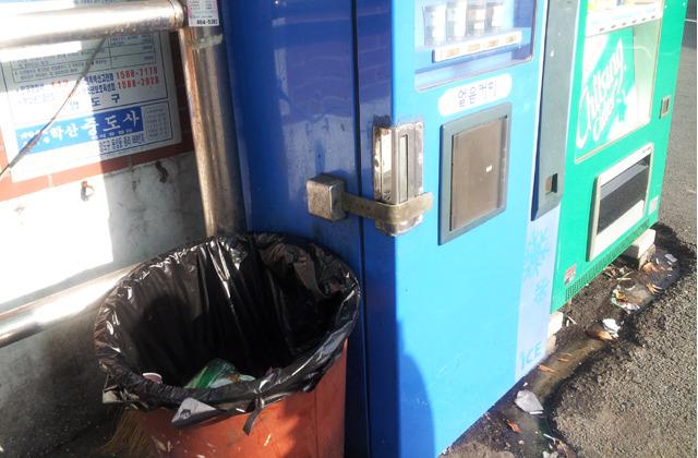 부산 영도구 태종대 신한여객 종점에 있는 커피 자판기의 구정물속 난장판