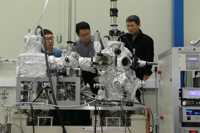 KRISS 엄대진, 문창연, 구자용 박사가 저온 주사터널링현미경 장비를 이용하여 실리콘 물질표면의 원자 및 전자 구조를 측정하고 있다.