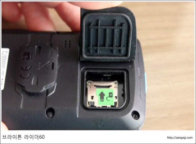 마이크로SD 덮개는 구조가 보강되어 튼튼함