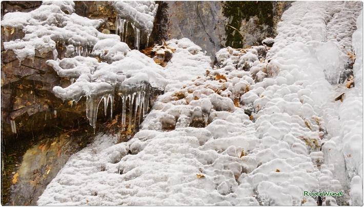 얼어붙은 홍류폭포
