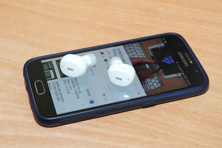 애플 무선 에어팟, 닮은 ,브리츠 블루투스 이어폰, BZ-TWS5,IT,IT 제품리뷰,애플 무선 에어팟 닮은 제품을 소개 합니다. 비슷한 컨셉이라고 볼 수 있는데요. 브리츠 블루투스 이어폰 BZ-TWS5 를 소개 합니다. 예전에 양쪽이 완전히 분리된 블루투스 무선 스피커를 소개한적 있는데요. 스피커간에 통신도 블루투스로 하는것 입니다. 애플 무선 에어팟 닮은 브리츠 블루투스 이어폰 BZ-TWS5도 비슷한 원리 입니다. 이어폰간에 무선으로 통신을 하고 또 그 상태에서 스마트폰과 연결이 되는 형태 입니다. 실제로 써보면 몇가지 장점이 있습니다.