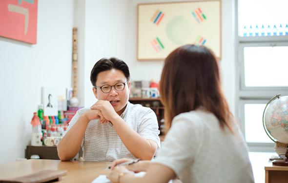 인터뷰 중인 서경덕 교수