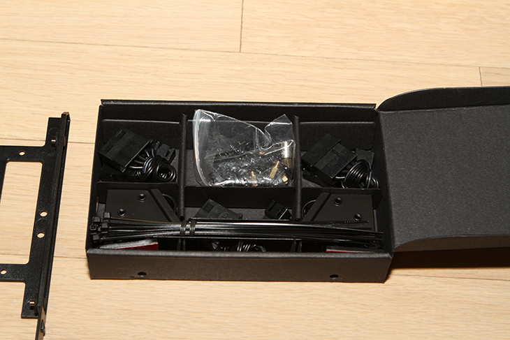 쿨러마스터 MasterCase Pro5 ,기가바이트 GA-Z170X-Gaming 7, 시스템,IT,IT 제품리뷰,컴퓨터,조립,기가바이트,쿨러마스터,Coolermaster,쿨러마스터 MasterCase Pro5 케이스에 기가바이트 GA-Z170X-Gaming 7 메인보드를 넣어서 멋진 시스템을 만들어 봤습니다. 이 시스템은 제 메인컴퓨터 이기도 한데요. 그래서 좋은 케이스에 좋은 쿨러 그리고 좋은 메인보드를 넣어서 완성 했습니다. 직접사용해보니 쿨러마스터 MasterCase Pro5 케이스는 가격만큼 상당히 훌륭하고 세련된 케이스 였습니다. 아쉬운게 있다면 처음에는 연장을 사용해야만 하네요. 그 이유는 아래에서 설명을 드릴께요. 메인보드는 기가바이트 GA-Z170X-Gaming 7를 사용하고 있는데요. 메인보드가 크기가 작은 편은 아닌데 그래서 인지 케이스에 메인보드를 넣어두니 뭔가 꽉 찬느낌이 드네요. 조립을 하시는 분들은 알겁니다. 뭔가 꽉 찬 그 느낌이 상당히 좋죠. 쿨러마스터 MasterCase Pro5는 선정리가 무척 편하게 되어있어서 복잡한 선을 뒤로 모두 숨기고 파워서플라이 케이블도 하단으로 모두 숨겨서 투명한 커버를 통해서 보이는 부분은 모두 깔끔하게 정리가 가능 했습니다. 덕분에 기가바이트 GA-Z170X-Gaming 7 에 i7-6700K를 넣은 이 시스템이 더 돋보이네요. 램은 고클럭 메모리로 유명한 G.Skill DDR4 메모리를 사용을 했습니다.