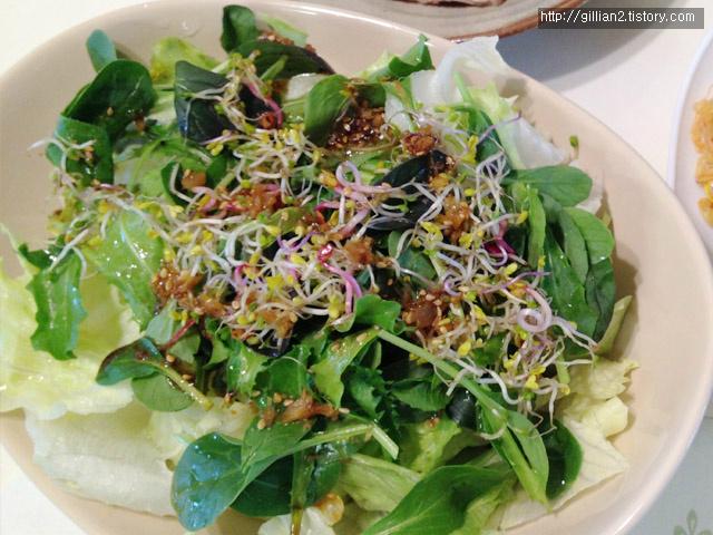 어린잎 새싹채소와 양상추 샐러드