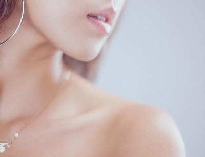여자 입술 턱 귀걸이 목걸이 피부 메이크업 모델 사진 아름다운 여성 뺨 생기 촬영 미소 쇄골 - 무료이미지
