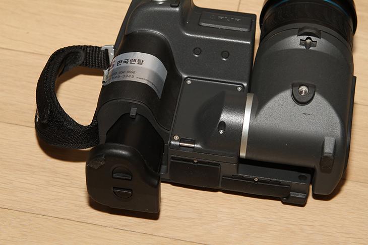 FLIR T620 ,열화상카메라 후기, 열화상카메라 해상도,IT,IT 제품리뷰,후기,사용기,플리어,열화상,FLIR T620 열화상카메라 후기를 준비해봤습니다. 열화상카메라 해상도에 대해서 다시한번 생각하게 되는 시간이었는데요. 열화상기술은 원래는 군사용 목적으로 만든것이지만 이제는 그 기술을 실생활에서도 유용하게 사용하고 있죠. 온도가 어떻게 보이는지 눈으로 FLIR T620 열화상카메라를 이용하면 쉽게 파악할 수 있습니다. 열을 눈으로 볼 수 있는것이죠. 좀 별개의 이야기지만 요즘은 소리를 눈으로 보는 측정기까지 나와있는 상태입니다. 온도를 눈으로 보는것은 사실 아주 예전 부터 가능했던 것이므로 그렇게 신기하진 않은데요. 다만 FLIR T620 열화상카메라와 같은 기기들은 워낙 고가이고 또 쓸만한 열화상카메라는 워낙 가격이 비싸기 때문에 일반인들이 쉽게 다가가지 못해서 낯선 제품이긴 합니다. 하지만 탐지를 하는 분들에게는 참 익숙한 기기일텐데요. 요즘은 열화상카메라에서 가장 선구적인 위치에 있는 플리어가 가격이 상당히 저렴한 열화상카메라를 많이 내어놓고 있어서 좀 더 사용자의 선택폭이 넓어지긴 했습니다.그렇지만 이번에 T620을 사용해보면서 느낀점은 아직까지는 열화상카메라는 비싸다는 것 입니다. 좀 돌려말하면 쓸만한 열화상카메라를 쓰려면 비싸다는 것 입니다. 이것은 해상도 때문입니다. 좀 쓸만한 제품은 해상도가 높은데 해상도가 높은 제품은 가격이 비싸기 때문이죠. 해상도가 클 수 록 좀 더 정확하고 섬세한 표현이 가능해집니다. 640 x 480 해상도는 상당했습니다. 물론 더 큰 해상도의 제품은 더 대단하겠지만요. 그럼 아래에서 살펴보죠.