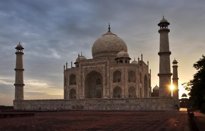 사진: 로미오와 줄리엣같은 사랑의 전설이 있는 인도 타지마할. 뜻은 궁전(마할)의 왕관이라는 것을 의미하고 있다. [인도의 타지마할 뜻 : 마할의 왕관]