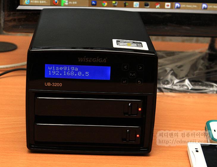 와이즈기가 UB-3200, UB-3200 기능, IT, NAS, 기능, u-torrent, 토렌트 서버, air video, iSCSI, NFS, 리뷰, 후기, UB-3200, itunes, wisegiga, wisegiga ub-3200, 초기암호, 암호, 암호 설정, 웹메일, 메일서버, DB서버,와이즈기가 UB-3200 기능을 알아보는 시간을 갖도록 하겠습니다. 토렌트나 Air Video 기능을 활용할 수 있고 iSCSI를 이용해서 로컬디스크처럼도 쓸 수 있습니다. 이 외에도 애플 타임머신을 위한 저장공간으로도 메일서버와 Mysql DB 서버로도 활용이 가능합니다. 실제로 와이즈기가 UB-3200 기능을 하나씩 설명하는 영상도 아래에 올릴것인데요. 기능은 참 많습니다. 그런데 물론 이 기능을 다 이용하고 써야할 필요는 없습니다. 필요한 기능만 쓰면되죠. 물론 와이즈기가 UB-3200은 다양한 기능을 원하는 유저를 위해서 많은 기능으로 준비가 되어있을 뿐이죠. 제 경우에는 안드로이드 스마트폰으로 동영상을 볼 때 편리하더군요. 컴퓨터로 봐도 되긴 하지만 보다가 갑자기 누워서 보고 싶을 때 또는 화장실에서도 보고 싶을 때 스마트폰 딱 들고가면 바로 볼 수 있었으니까요. 게다가 속도도 상당히 빨랐습니다. 실제로 갤럭시S4와 옵티머스G프로로 DLNA로 연결해서 사용하는 모습들은 아래에서 찍어두었으니 참고해서 봐주세요.