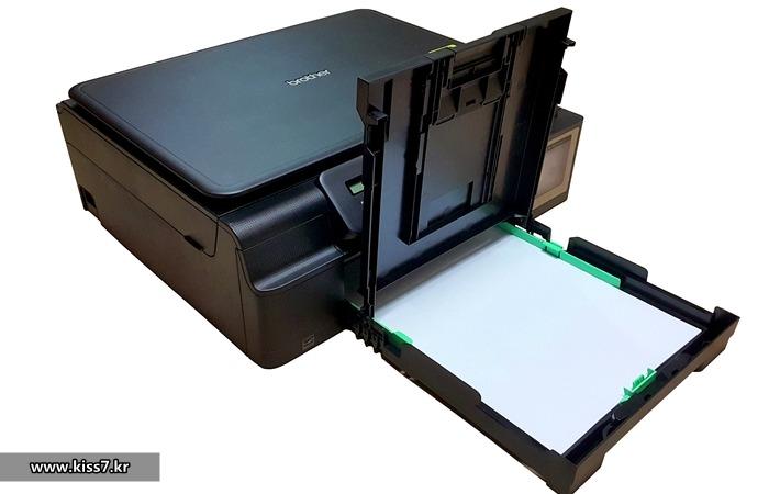 사진: 브라더 무한잉크 복합기의 용지공급대. 평소에는 프린터 내부에 있다가 용지공급을 할 때 잡아당겨서 공급대를 꺼내면 된다. 프린팅을 할 때는 다시 내부로 들어가 있으므로 공간 걱정은 없다. [엡손, 캐논, 브라더 무한프린터]