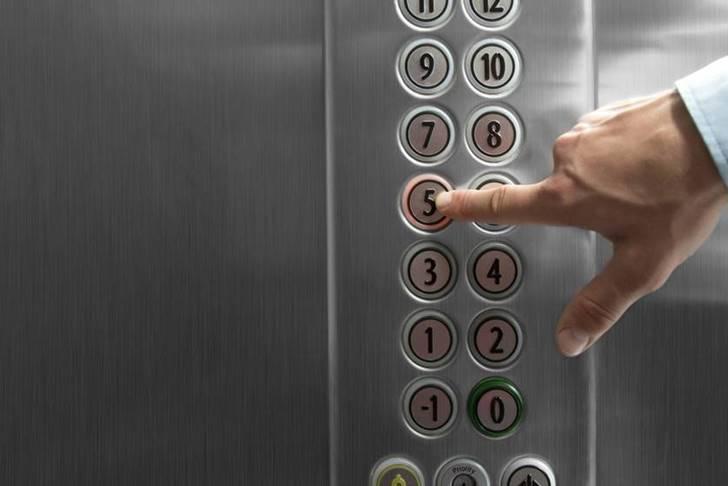 엘리베이터가 추락할 때 생존율을 높이는 자세