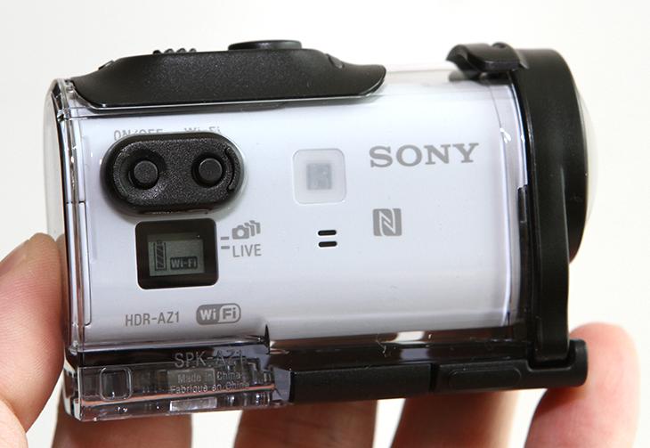 소니 액션캠, HDR-AZ1VR,사용기, 실시간 모니터링,소니,고프로,액션캠,AZ1,VR,라이브 뷰 리모트,IT,IT 제품리뷰,소니 액션캠 HDR-AZ1VR 사용기를 올려봅니다. VR을 이용해서 실시간 모니터링을 하면서 촬영이 가능한 소형 캠코더인데요. 비교적 화각이 넓고 액티브한 활동에 사용할 수 있어서 여행을 하는 분들이나 또는 레저활동을 하면서 많이 사용하는 캠코더 입니다. 소니 액션캠 HDR-AZ1VR 사용을 하면서 저는 헬리캠에 달아서 올려보면 정말 멋지겠다는 생각을 했었습니다. 이 제품은 XAVC S를 지원해서 Full HD에서 60프레임의 촬영이 가능 합니다. 그리고 고속촬영을 지원해서 120fps 촬영도 가능하죠. 저는 이것을 들고 산에 등반을 해 봤는데요. 원래는 보드를 타면서 하려고 했는데 일정이 맞지 않아서 보드는 못타고 황사 가득한 날에 등반을 했습니다. 마스크 쓰고 등반하려니 힘들더군요. 소니 액션캠 HDR-AZ1VR 사용시 같이 제공하는 하우징을 껴서 사용하면 먼지나 모래 그리고 충격으로부터도 보호가 가능 합니다. 최근에 보니 액션캠이 비정상회담에서 해외 촬영씬이 있었는데 거기서도 사용되더군요. 그것 보다가 아 저거네 하며 봤던 기억이 있습니다. 어깨에 매달거나 머리에 붙이거나 필요한 부분에 붙여서 촬영할 수 있죠. 들고다니면서 캠코더로 촬영시 촬영자가 캠코더 촬영에 몰두해서 정작 중요한 부분을 놓치는 경우가 생기는데요. 액션캠은 자신이 보는 시선 그대로를 다시 촬영해 둘 수 있으니 유용하죠.