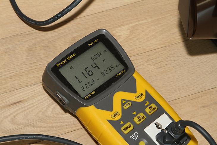침구청소기 ,레이캅 RS-300, 실사용, 후기, 성능, 전력소모량,먼지,침구살균청소기,살균,UV,UV램프,IT,IT 제품리뷰,인테리어,침구청소기 레이캅 RS-300 실사용 후기를 올려봅니다. 성능 전력소모량 등도 알아볼 것 인데요. 얼마나 먼지를 잘 처리하는지도 살펴보겠습니다. 일반 청소기도 침구청소가 되긴 하죠. 하지만 전문적으로 먼지도 털어내고 UV 자외선으로 세균도 죽이고 먼지도 흡착하는 침구청소기 레이캅 RS-300은 좀 다릅니다. 이런 기능을 다 수행할 수 있는 것들이 한곳에 다 붙어있습니다. 정말 전문적인 장치라고 이름 부를 수 있는 것이죠. 물론 저는 좋은 세탁기도 있고 전기건조기도 있습니다. 그래서 이불이나 깔개등은 그냥 바로 하루만에 깨끗하게 만들 수 는 있습니다. 그런데 매일 그렇게 청소할 수 는 없죠. 그랬다가는 이불이나 러그 등이 헤어져서 떨어질 겁니다. 그래서 침구청소기로 자주 청소해주고 1년에 가끔 물세탁을 해주는게 좋은데요. 침구청소기 레이캅 RS-300은 진동판이 먼지를 털어주고 먼지 흡입구로 먼지를 흡입하며, UV 램프를 통해서 세균을 죽이게 됩니다. 주기적으로 러그나 침구 등을 청소해주면 확실히 깨끗해지는 느낌을 받을 수 있습니다. 크기도 비교적 작아서 작은 공간에 수납하기도 좋게 되어있었구요. 안전장치도 잘 마련되어 있었는데요. 게다가 전력소모량도 생각보다 낮았습니다. 최적화 되어있다는 것이죠.