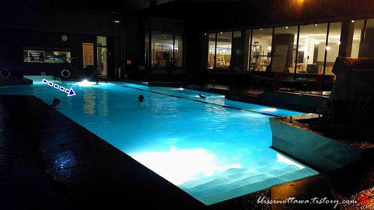 야외 온수 수영장입니다