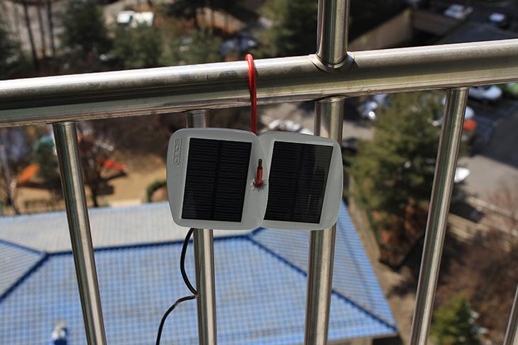 태양광 발전, 라디오 무한 배터리, 솔리오 볼트, SD1000, IT, 라디오, 태양광 충전, 태양광 발전을 통해서 라디오 무한 배터리를 만들어봤습니다. 솔리오 볼트 태양광 배터리팩을 이용했습니다. 오늘은 햇살이 좋군요. 이런 햇살을 그냥 보내기 아쉬운데요. 그래서 이 빛을 통해서 충전을 해보기로 했습니다. 와이프가 라디오를 참 자주 듣습니다. 태양광 발전으로 라디오를 충전해서 계속 듣도록 해놓으니 거의 무한 듣기가 가능하네요. 라디오 자체가 소모하는 전력소모량이 높지 않은터라 배터리로 밤에 재생을 하고 낮에는 또 충전하고 하다보면 게다가 일하는 시간에는 자리를 비우는것까지 생각해보면 거의 무한 재생이 가능 합니다. 좀 더 생각해보니 소를 키우는 분들도 음악 방송이나 라디오 등을 계속 들려준다고 하는데요. 그러면 소들이 스트레스를 덜 받는다고 하니까요. 이런 태양광 배터리팩을 이용하면 거의 무한 재생이 가능하지 않을까 하는 생각이 드네요.