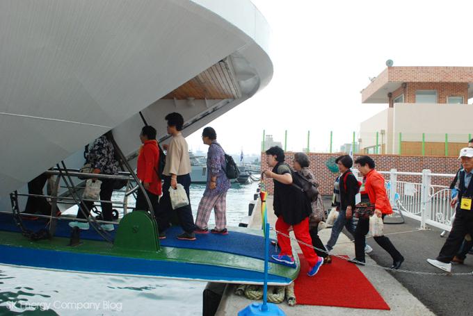실버문화축제에 참가하신 어르신들이 배에 승선하고 있습니다.