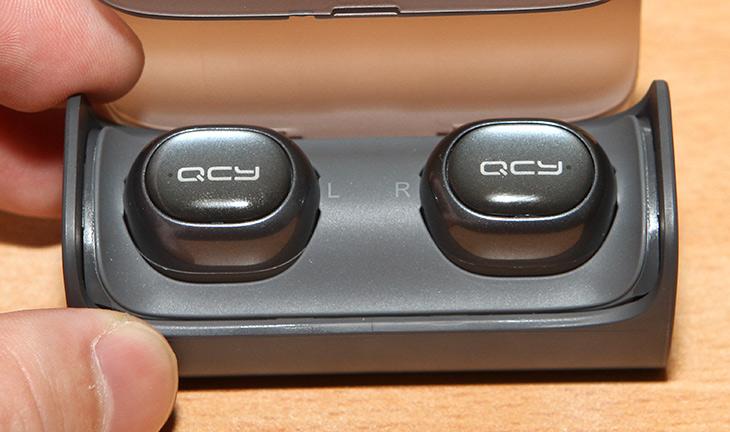 QCY Q29, 좌우 분리형, 블루투스 이어폰, 사용기,IT,IT 제품리뷰,작고 앙증 맞고 이쁜 제품을 소개 합니다. 사용성도 상당히 괜찮았는데요. QCY Q29 좌우 분리형 블루투스 이어폰 사용을 해 봤습니다. 이런 제품들은 디자인이 좋고 사용성이 좋으면 가격이 올라갑니다. QCY Q29 좌우 분리형 블루투스 이어폰은 케이스에 담아서 충전할 수 있는 형태였습니다. 크기가 작은 무선 이어폰을 귀 양쪽에 끼워서 사용하는 형태 입니다. 애플 에어팟 때문에 이런 형태의 제품이 많이 나오고 있는 상황이기도 하죠.