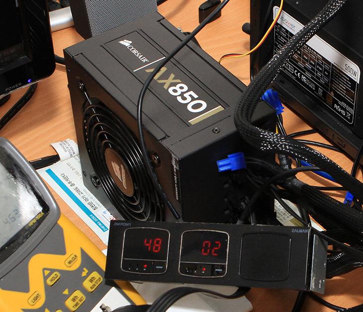 커세어 AX850 전압 변동율, AX850 전압, 파워서플라이 전압, 파워서플라이 전압 변동율, 테스트, Fluke 179, 전압 고값, 전압 저값, 전압 평균값, IT,커세어 AX850 전압 변동율 테스트를 해 봤습니다. 컴퓨터 오버클러킹을 할 때에는 자주 커세어 파워가 등장하죠. 또는 애너맥스나 OCZ 같은 파워서플라이도 많이 쓰이는데요. 오버클러킹을 하면 출력도 많이 필요하지만 미세한 전압 변동에도 차이가 커서 좋은 파워가 필요합니다. 커세어 AX850 전압 변동율은 꽤 낮은 편인데요. 오실로스코프 등의 장비가 있으면 좋겠지만 없으므로 Fluke 179로 전압변동율을 측정해봤습니다. 멀티테스터기 중에서 이 장치는 전압의 고값, 저값을 따로 측정이 가능 합니다. 이것을 조합하면 변동율을 확인할 수 있죠. 물론 메인보드에서 측정하는 값을 비교할 수 도 있지만 이것보다는 측정기로 측정한 값이 더 정확하죠.
