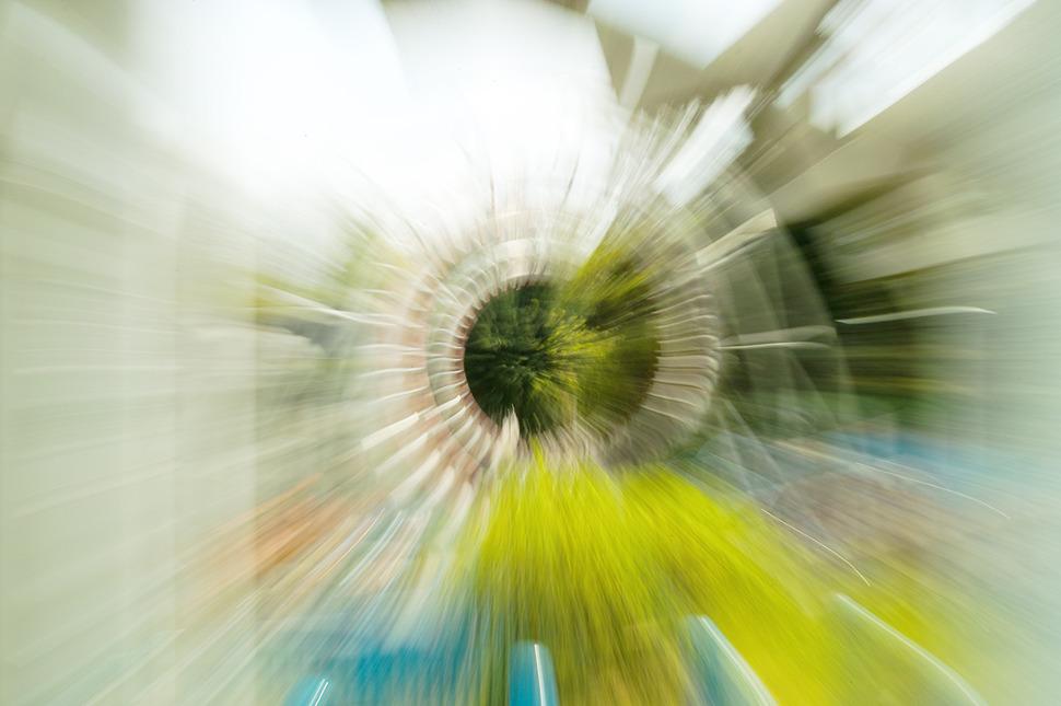 빨려가듯 달리는 롤러코스터의 속도감을 나타내기 위해서 줌링을 돌려 촬영한 주밍샷.