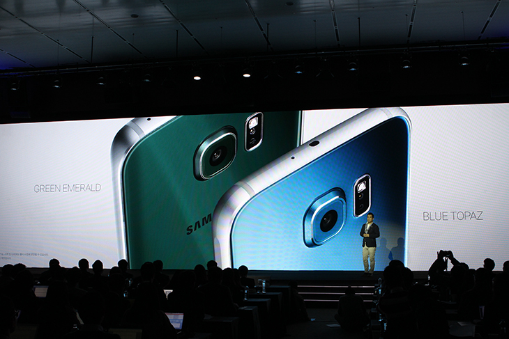 삼성 갤럭시S6 ,갤럭시S6 엣지 색상, 갤럭시 S6 월드투어 2015 서울 후기,갤럭시S6,엣지,삼성,갤럭시S,IT,IT 제품리뷰,색상,블루,펄 화이트,블랙 사이이어,골드 플래티넘,그린 에메랄드,블루토파즈,삼성 갤럭시 S6❘갤럭시 S6 엣지 색상 별로 모두 구경을 했는데요. 미디어데이 후기를 올리면서 제가 봤었던것 정리해서 올려보도록 하겠습니다. 상당히 아름다운 스마트폰이라는 찬사를 받고 있죠. 그리고 상당히 독특한 디자인 때문에 나오기 전부터 상당히 많은 관심을 받았습니다. 삼성 갤럭시 S6❘갤럭시 S6 엣지 색상도 상당히 다양하게 나왔습니다. 펄 화이트, 블랙 사파이어, 골드 플래티넘, 그린 에메랄드, 블루 토파즈 색상이 있습니다. 직접 저도 색상을 봤는데요. 빛의 각도에 따라서 서로 다른 색이 나와서 어떨 때는 무거운 어두운색으로 보이고 어떨때는 밝고 화려한 색으로 보여서 한가지 컬러만 보는 느낌이 아니라 신기한 느낌이 들었습니다. 삼성 갤럭시 S6 갤럭시 S6 엣지 색상이 여러가지라서 어떤 것을 고를지 참 많이 고민하실 것 같습니다. 아래에 색상별로 사진을 찍었으니 한번 보시면 참고가 되실 것 같습니다.