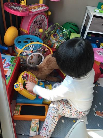 거실 한 켠에 마련한 놀이공간에도 장난감이 가득가득