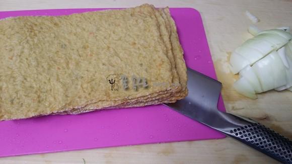 도마 위에 올려진 칼과 냉동 오뎅