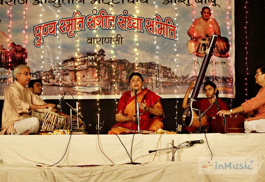 바라나시 갠지스 강 아씨 가트 근처의 전통음악 라가(Raga) 공연 - 인도음악 악기 타블라 시타르, 히피즘 | by inMusic 인뮤직