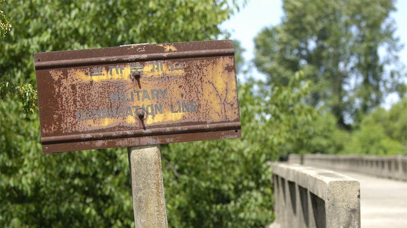 사진: 녹슨 군사분계선 팻말. 전쟁 휴전의 상징이다.