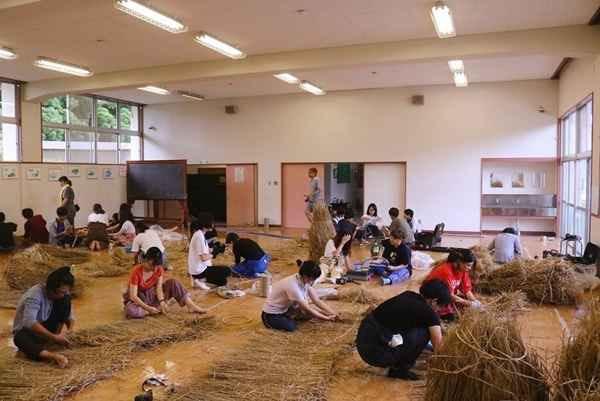 볏짚을 다듬고 있는 무사시노 미술 대학 학생들