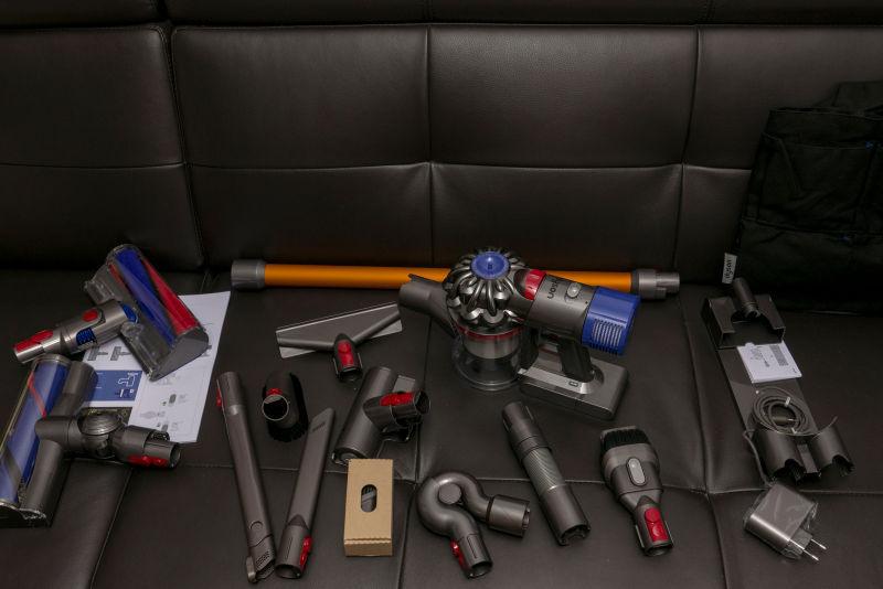 다이슨 무선청소기. V8 카본 파이버로 매트리스 청소