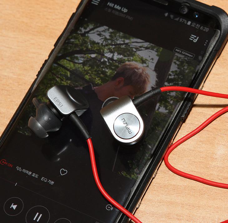 Meizu EP51 ,블루투스 이어폰, aptX 코덱, 지원 ,음질, 괜찮은,IT,IT 제품리뷰,괜찮은 블루투스 이어폰 소개 합니다. 끈형태의 제품인데요. Meizu EP51 블루투스 이어폰은 aptX 코덱 지원하는 음질 괜찮은 제품 입니다. 생활방수도 지원해서 비맞으면서 사용도 가능하죠. Meizu EP51 블루투스 이어폰는 달리면서 사용하는 용도에 최적화 되어서 만들어져 있습니다. 귀바퀴 고리가 있어서 간단하게 착용하면서도 달리면서도 빠지지 않도록 되어있습니다. 끈형태로 되어있어서 착용감이 가볍다는 장점도 있죠. 근데 실제로 써보니 이어폰 부분이 약간 묵직하긴 하네요.
